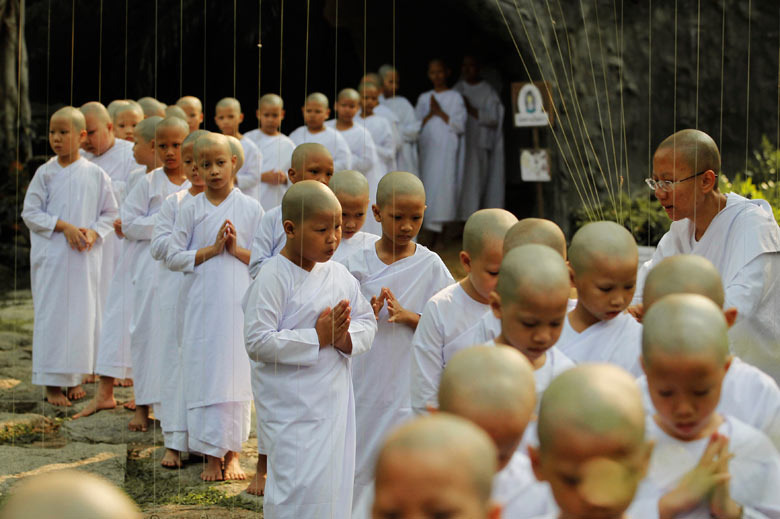 Novice-thai-nuns-fold-the-004